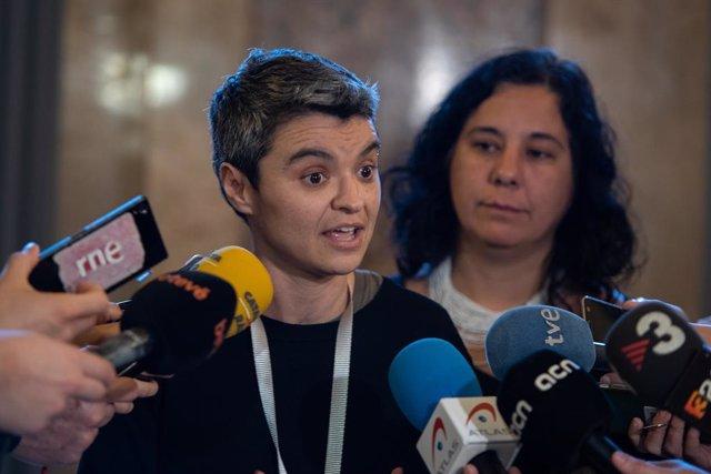 La regidora d'Habitatge de l'Ajuntament de Barcelona, Lucía Martín, ofereix declaracions als mitjans de comunicació després de la sessió plenària del Parlament de Catalunya, Barcelona (Espanya), 5 de febrer del 2020.