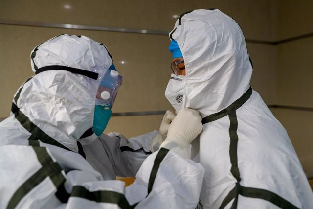 03 February 2020, China, Wuhan: Medical staff put on their protective suits at a hospital in Wuhan, ground zero for the coronavirus outbreak. Photo: -/TPG via ZUMA Press/dpa