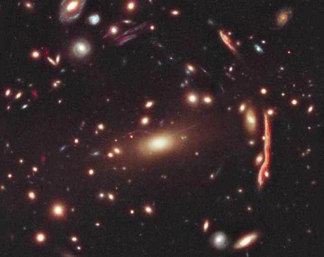 Una insólita galaxia monstruo se revela en el universo más distante