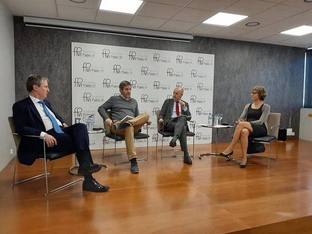 La exministra Isabel García Tejerina, el Letrado del Tribunal SupremoRaúl Cancio; el alcalde de Alcañiz, Ignacio Urquizu; y el director general de la Fundación Renacimiento Demográfico, Alejandro Macarrón, en un Foro de la Fundación Pablo VI