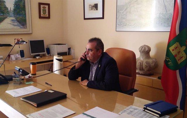 El alcalde de San Fernando de Henares, Javier Corpa, conversa por teléfono en su despacho.