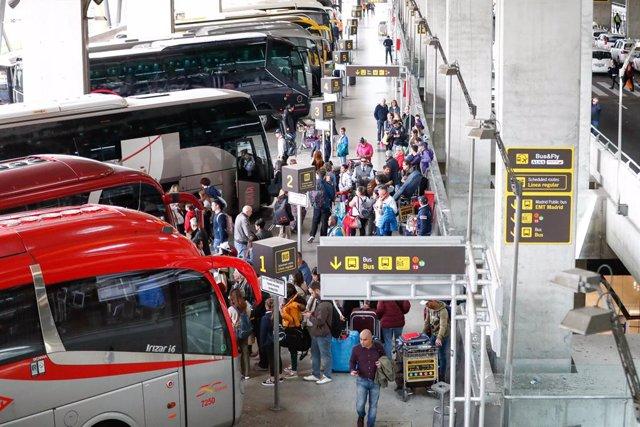 Viajeros esperar en la estación de autobuses en el aeropuerto Adolfo Suárez Madrid-Barajas.
