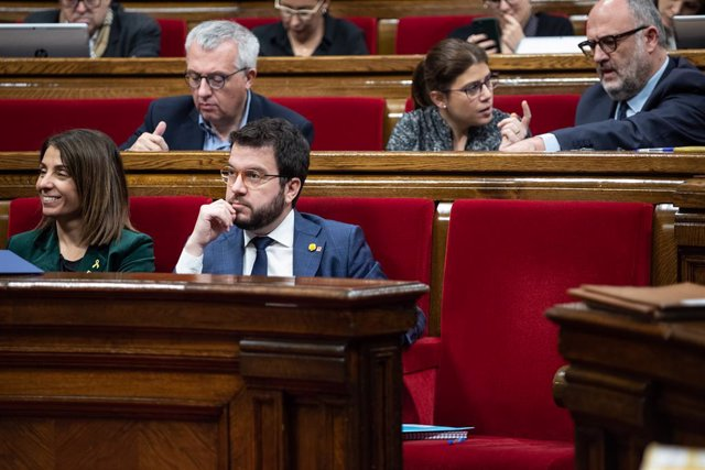 La consellera de la Presidència i portaveu del Govern, Meritxell Budó (1e) i  el vicepresident de la Generalitat, Pere Aragonès (2e) durant la sessió plenària del Parlament de Catalunya, Barcelona (Espanya), 5 de febrer del 2020.