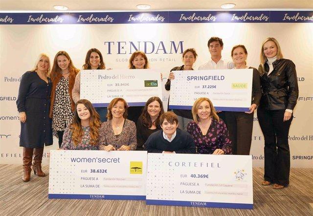 Los premiados posan con los cheques del programa 'Involucrados'