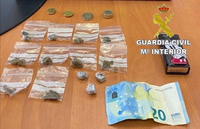 Dinero y droga incautados por la Guardia Civil