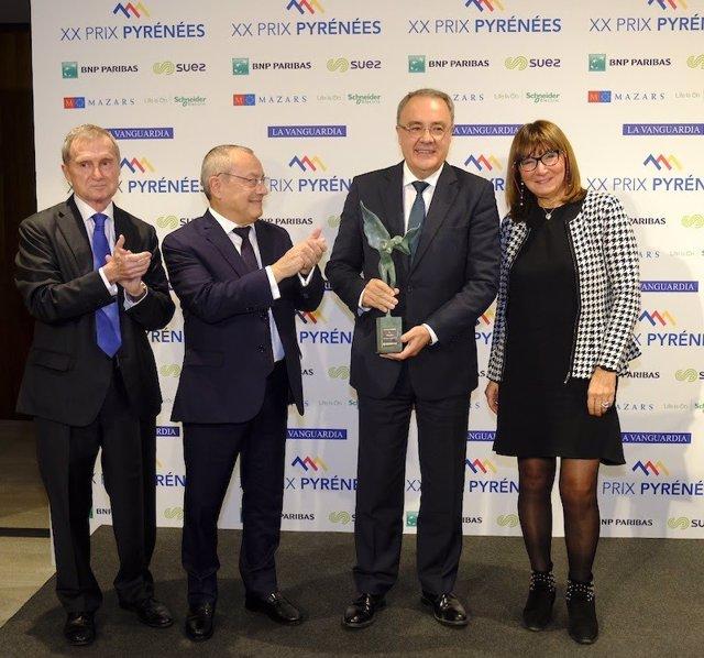 El consejero delegado de Cellnex, Tobias Martínez, con el galardón de los XX Prix Pyrénées