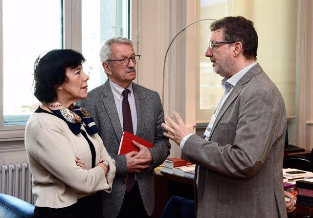 La ministra de Educación y FP, Isabel Celaá, el secretario de Estado de Educación, Alejandro Tiana, y el secretario general de la Federación de Enseñanza de CCOO, Francisco García, tras la reunión en el Ministerio.