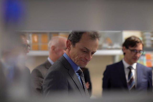 El ministro de Ciencia e Innovación, Pedro Duque, durante su visita al Centro Nacional de Microbiología en Majadahonda (Madrid) el pasado 28 de enero