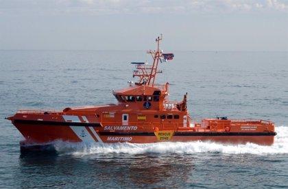Dos personas son rescatadas en helicóptero tras hundirse la canoa en la que navegaban en Almuñécar (Granada)