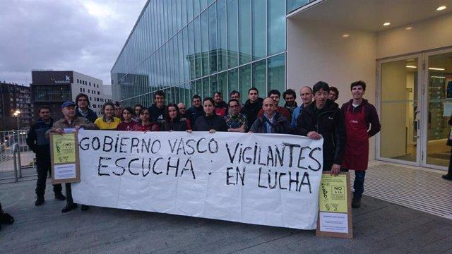 Concentración contra el despido de vigilantes de Conservatorio de Música de Bilbao