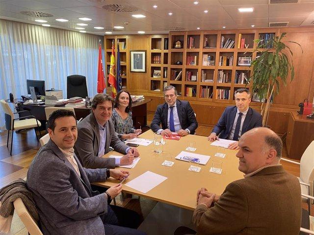 El alcalde de Fuenlabrada, Javier Ayala, y el consejero de Justicia, Interior y Víctimas de la Comunidad ed Madrid, Enrique López, se reúnen para abordar aspectos como la prolongación del convenio Bescam.