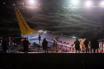 Ascienden a tres los muertos y a 179 los heridos por la salida de pista de un avión en Estambul
