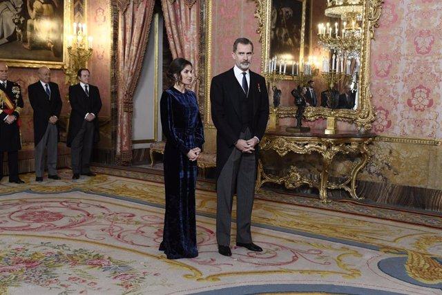 El Rey Felipe VI y la Reina Letizia reciben en el salón del trono al cuerpo diplomático acreditado en España en el salón de Gasparini del Palacio Real.