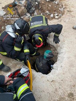 Labores de búsqueda de bomberos y GEAS de un inmigrante en Melilla