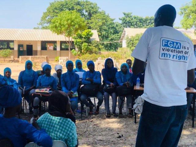 Actividad de Safe Hands for Girls para concienciar de los riesgos de la mutilación genital en Gambia