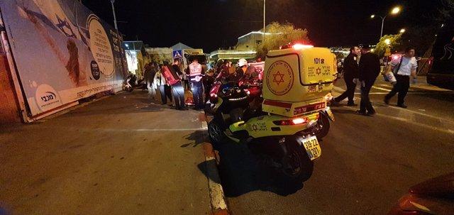 Miembros del servicio de rescate Estrella de David Roja (Magen David Adom) en el lugar en el que se ha producido un atropello que ha herido a 14 personas, una de ellas crítica.