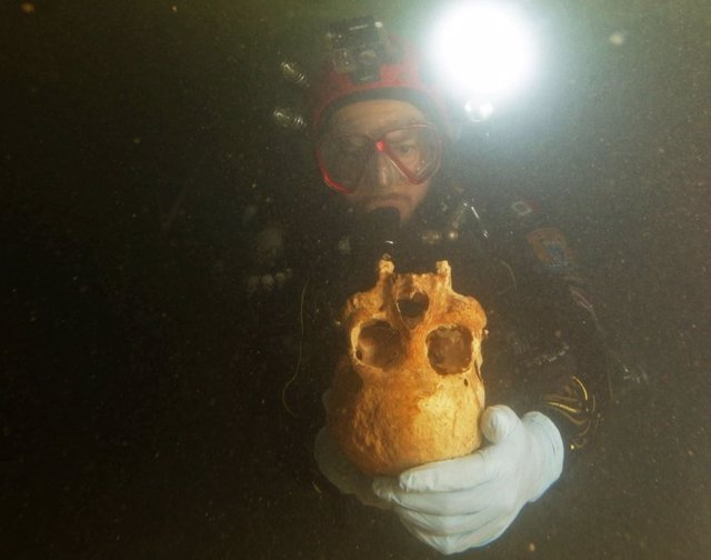 Exploración submarina de la cueva de Chan Hol, cerca de Tulum, México