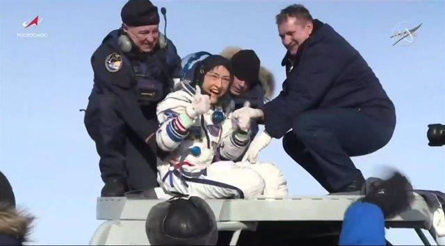 Christina Koch saliendo de la cápsula Soyuz