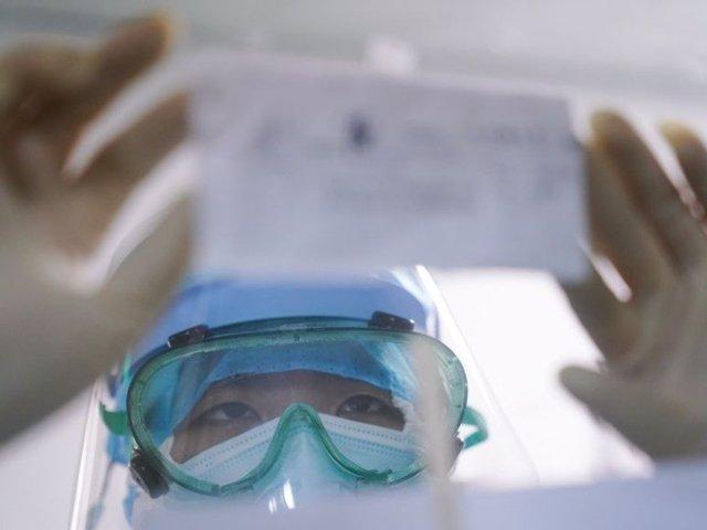 Una enfermera revisa la lista de tratamiento de un paciente pegada en la ventana del Hospital Municipal de Zhangzhou, provincia de Fujian, en el sudeste de China. 2 de febrero de 2020.