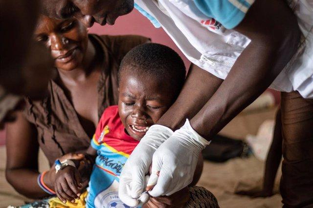 Un niño recibe tratamiento contra el sarampión en RDC