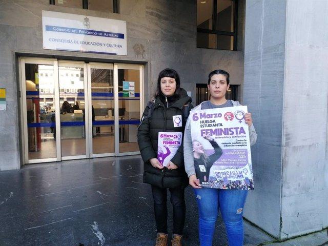 Representantes del Sindicato de Estudiantes frente en la sede de la Consejería de Educación.