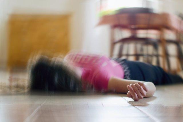Mujer tumbada en el suelo, epilepsia, inconsciente