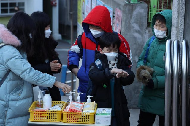 06 February 2020, South Korea, Seoul: Students disinfect their hands in front of Nambu Elementary School, amid fears over the spread of the new coronavirus originating from China. Photo: -/YNA/dpa