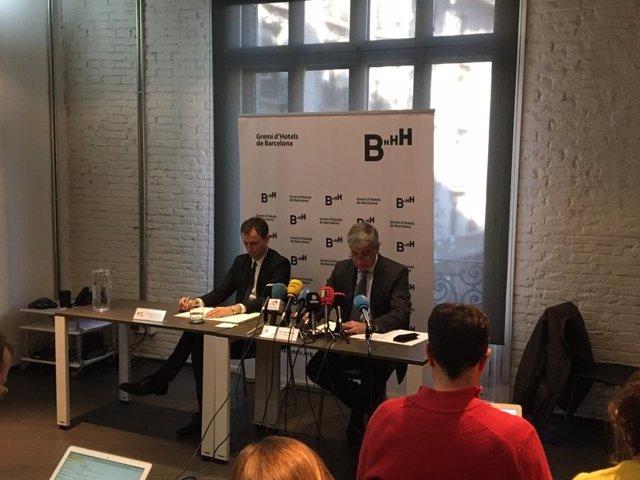 El director general del Gremi d'Hotels de Barcelona, Manel Casals, y su presidente, Jordi Mestre, en rueda de prensa este jueves