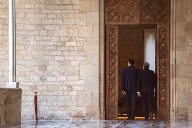 El president de la Generalitat, Quim Torra (D) i el president del Govern central, Pedro Sánchez (E), abans de començar la reunió, Barcelona /Catalunya (Espanya), 6 de febrer del 2020.