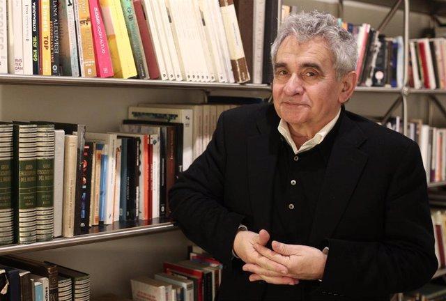 El escritor Bernardo Atxaga posa durante su entrevista para presentar su novela `Casas y tumbas en el Hotel de las Letras, en Madrid (España), a 6 de febrero de 2020.