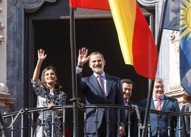 Sevilla.- Los Reyes visitan Écija vitoreados por una multitud volcada