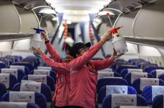 Empleados desinfectan la cabina de un avión después de su llegada al Aeropuerto Internacional de Haikou Meilan, provincia de Hainan, en el sur de China. 31 de enero de 2020.
