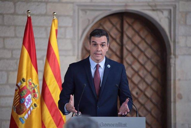 El presidente del Gobierno, Pedro Sánchez, en declaraciones ante los medios de comunicación tras su reunión con el president de la Generalitat, Quim Torra, en el Palau de la Generalitat, Barcelona /Catalunya (España), a 6 de febrero de 2020.