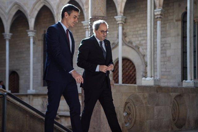 El presidente de la Generalitat, Quim Torra (dech) y el presidente del Gobierno, Pedro Sánchez (izq), a su llegada al Palau de la Generalitat, antes de su reunión, en Barcelona /Catalunya (España), a 6 de febrero de 2020.