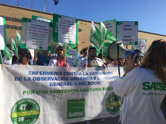 """Protestas de los profesionales del Hospital Virgen del Rocío contra la """"saturación"""" en la urgencias"""