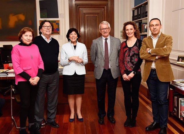 Representantes de UGT tras la reunión con la ministra de Educación y Formación Profesional, Isabel Celaá, y el secreterio de Estado de Educación, Alejandro Tiana, ambos en el centro de la imagen.