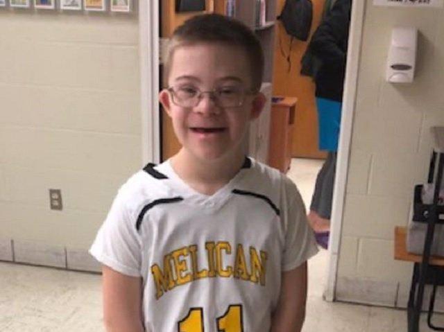 Liam Fitzgerald, superviviente de cáncer con síndrome de Down de 14 años, debuta al baloncesto con su equipo del colegio y marca seis puntos