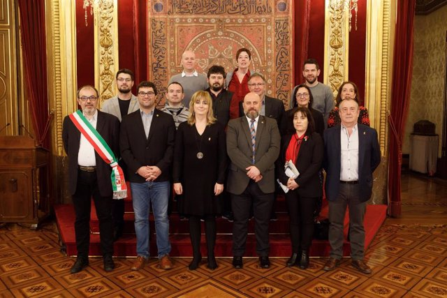 La consejera Ollo y el delegado del  Gobierno con participantes en la reunión