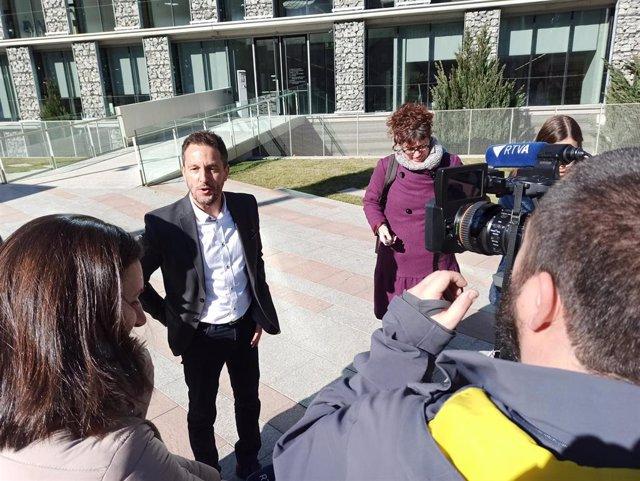 El presidente del grupo parlamentario socialdemócrata, Pere López, atendiendo los periodistas este jueves.