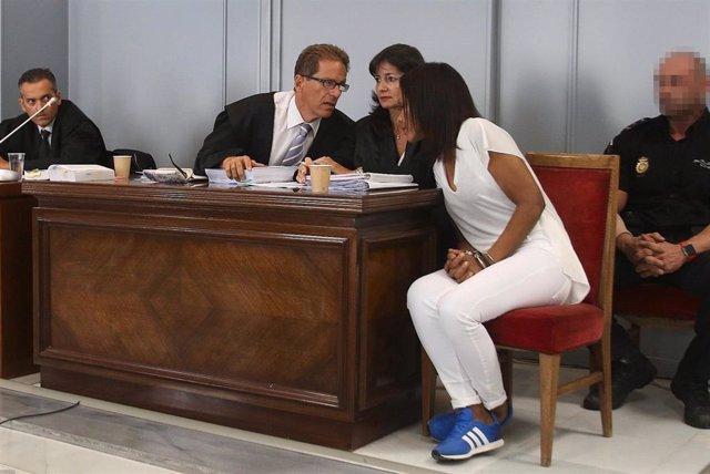 El letrado Esteban Hernández-Thiel habla con Ana Julia Quezada en el inicio del juicio por el asesinato de Gabriel Cruz