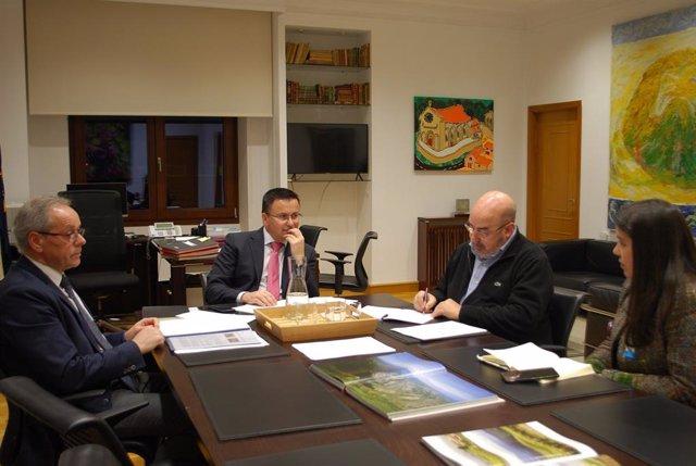 Reunión del conselleiro José González con Roberto García (Unións Agrarias) e Isabel Vilalba (SLG)