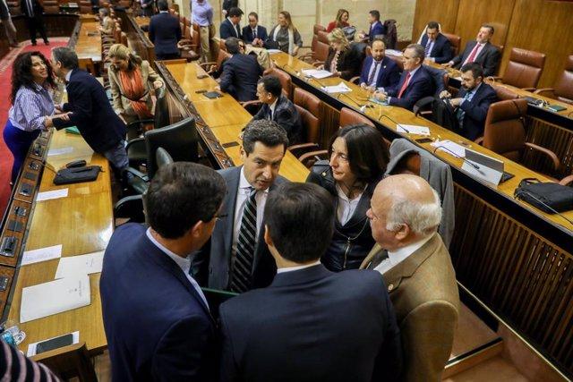 El presidente de la Junta de Andalucía, Juanma Moreno, junto al vicepresidente de la Junta de Andalucía, Juan Marín (i), el portavoz del grupo parlamentario popular, José Antonio Nieto (c), el consejero de Sanidad, Jesús Aguirre (1d), y la secretaria ge