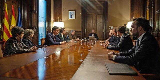 El presidente del Gobierno, Pedro Sánchez (3i) durante su reunión con el presidente de Barcelona Global, Pau Guardans i Cambó (frente a él), en la Delegación del Gobierno en Barcelona (Catalunya, España), a 6 de febrero de 2020.