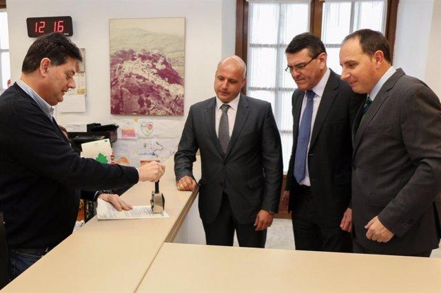 Rafael Segovia y Francisco José Ocaña, de VOX, registran la iniciativa.