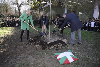 El centro Karmengo Ama Ikastetxea de Amorebieta (Bizkaia) planta un retoño del Árbol de Gernika