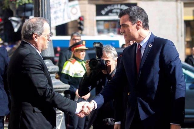El presidente de la Generalitat, Quim Torra (izq) recibe al presidente del Gobierno, Pedro Sánchez (dech), en el Palau de la Generalitat, antes de su reunión, en Barcelona /Catalunya (España), a 6 de febrero de 2020.