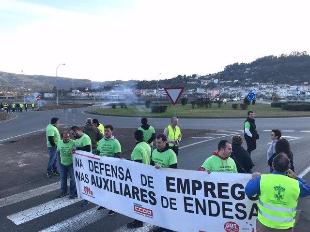 Trabajadores de las auxiliares y de la planta de Endesa en As Pontes cortan el tráfico en Pontedeume