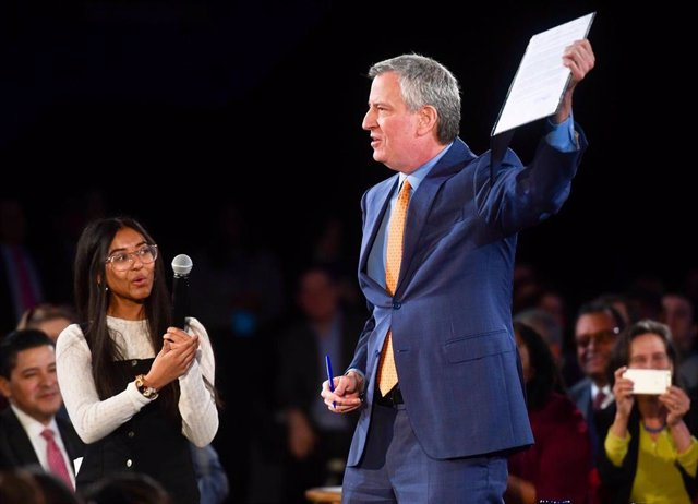 Bill de Blasio anuncia la prohibición de las botellas de plástico y la creación de infraestructuras que expandan el uso de combustibles fósiles durante su discurso sobre el Estado de la Ciudad.