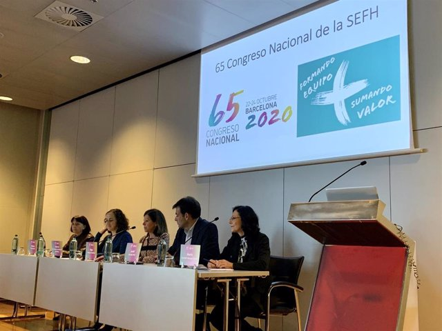 Los  doctores Dolors Soy, Edurne Fernández de Gamarra, Olga Delgado, Jordi Nicolás y Mª Queralt Gorgas durante el 65 Congreso Nacional SEFH