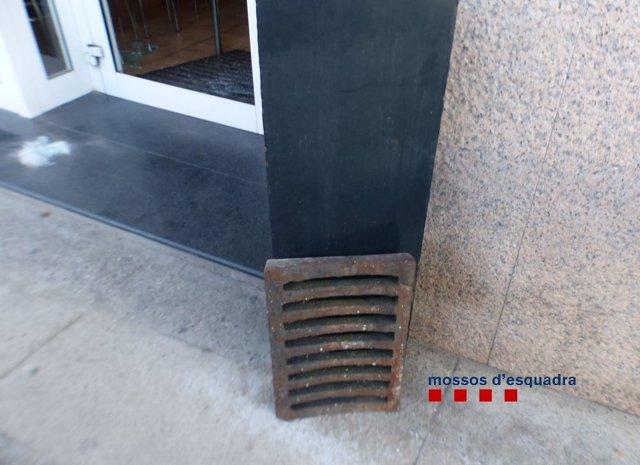 Tres detinguts per forçar un bar amb una tapa d'embornal a Argelaguer (Girona)